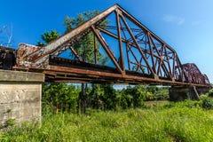 Winkelsicht eines Bahngleises und der Nahaufnahme einer alten ikonenhaften Fachwerkbrücke. Lizenzfreie Stockbilder