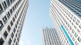 Winkelsicht von weißen Wolkenkratzern gegen blauen Himmel Feld Fantastische untengenannte Ansicht stock video footage