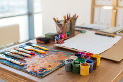 Winkelsichtbild einer alten Palette mit Ölfarben und Gouachesatz Säubern Sie den Malerarbeitsplatz, der zum Zeichnen bereit ist Lizenzfreies Stockbild