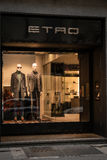 Winkelvenster en ingang van een Etro-winkel in Milaan, Italië Stock Foto
