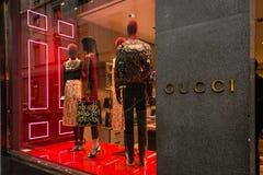 Winkelvenster en ingang van een Gucci-winkel in Milaan Stock Afbeeldingen