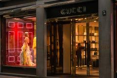 Winkelvenster en ingang van een Gucci-winkel in Milaan Royalty-vrije Stock Afbeeldingen