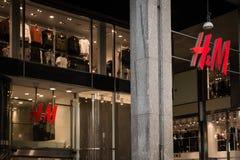 Winkelvenster en ingang van een HM winkel in Milaan Royalty-vrije Stock Fotografie