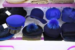 Winkelvenster met de blauwe hoeden van vrouwen van verschillende modellen royalty-vrije stock afbeelding