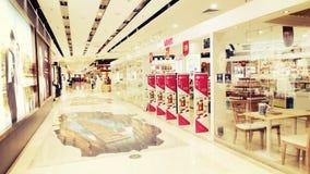 Winkelvenster in stadswinkelcomplex, binnenlands van modern winkelcentrum met opslagetalage Royalty-vrije Stock Foto's