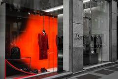 Winkelvenster van een Dior-winkel in Milaan Stock Foto