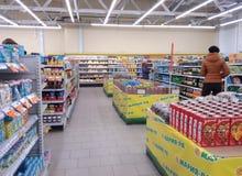 Winkelwinkelcentrum met het netwerksupermarkt Novosibirsk Novomarusino van Maria-Ra van showcasesgoederen stock foto