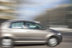 Winken Sie blured Auto, Autoin Stadt schnell fahren zu Lizenzfreies Stockbild