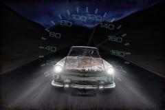 Winken Sie Geschwindigkeit des alten rostigen Autofahrens entlang die Straße nachts zu Lizenzfreie Stockfotos