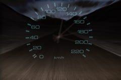 Winken Sie Geschwindigkeit des alten rostigen Autofahrens entlang die Straße nachts zu Stockfotografie