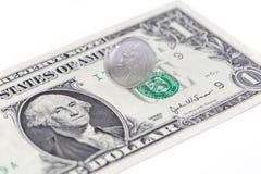 Winken Sie spinnende China-Münze auf einer US-Dollar Rechnung, Chinesen und US zu Stockfotos