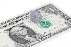 Winken Sie spinnende China-Münze auf einer US-Dollar Rechnung, Chinesen und US zu Lizenzfreie Stockbilder