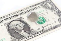 Winken Sie spinnende China-Münze auf einer US-Dollar Rechnung, Chinesen und US zu Lizenzfreie Stockfotos