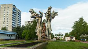 Winken Sie um abstraktes Flammenmonument im Stadtpark zu stock video footage