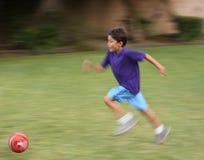 Winken Sie unscharfen Jungen mit Fußballkugel stockfoto