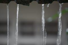 Winken Sie Wassertropfenregen vom Dach, Weichzeichnungswasser zu Lizenzfreies Stockbild