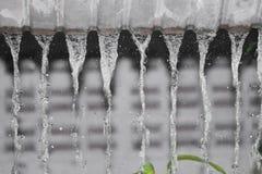 Winken Sie Wassertropfenregen vom Dach, Weichzeichnungswasser zu Lizenzfreie Stockbilder