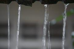 Winken Sie Wassertropfenregen vom Dach, Weichzeichnungswasser zu Stockbilder