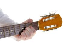 Winklig, einen Gitarrenakkord spielend stockbilder