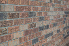 Winklige Backsteinmauer rechts Stockbild