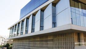 Winklige Fenster der modernen Gebäudearchitektur Stockbilder