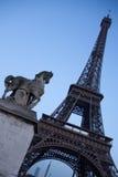 Winkliger Eiffelturm mit Pferdenstatue lizenzfreies stockbild