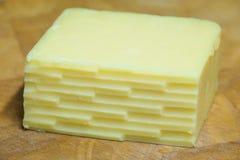 Winkliger zerriebener Cheddar-Käse Lizenzfreies Stockfoto
