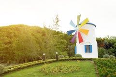 Winmill im Garten mit Sonnenschein Lizenzfreie Stockbilder