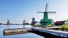 Winmills da un lago in Zaanse Schans, Paesi Bassi Fotografie Stock