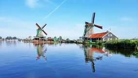 Winmills da un lago in Zaanse Schans, Paesi Bassi Immagini Stock Libere da Diritti