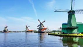 Winmills durch einen See in Zaanse Schans, die Niederlande lizenzfreie stockfotografie