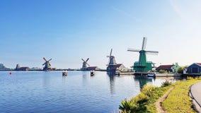 Winmills por um lago em Zaanse Schans, os Países Baixos Fotografia de Stock