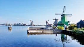 Winmills por um lago em Zaanse Schans, os Países Baixos Imagem de Stock