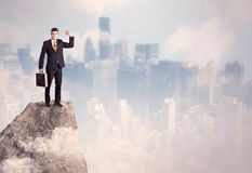 Winnaar stedelijke zakenman bovenop steen Stock Afbeelding