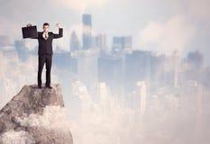 Winnaar stedelijke zakenman bovenop steen Royalty-vrije Stock Afbeeldingen