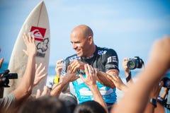 Winnaarsurfer Kelly Slater bij Pijpleiding in Hawaï stock fotografie
