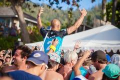 Winnaarsurfer Kelly Slater bij Pijpleiding in Hawaï stock foto's