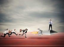 Winnaarzakenman over een snelle raket Concept de bedrijfsconcurrentie Stock Fotografie