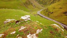 Winnatspas van hierboven bij Piekdistricts Nationaal Park in Engeland stock footage