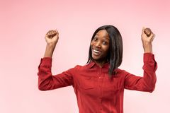 Winnend succesvrouw het gelukkige extatische vieren die een winnaar is Dynamisch energiek beeld van vrouwelijk afromodel royalty-vrije stock foto's