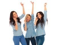 Winnend team van toevallige vrouwen die op de telefoon spreken Royalty-vrije Stock Foto's