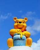 Winnie pooh Disney figurerar att äta honung Arkivfoto
