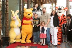 Winnie Pooh e fa una famiglia del fondamento di desiderio alla cerimonia che honoring il carattere di Disney con una stella su Hol Fotografia Stock