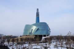 WINNIPEG, ΚΑΝΑΔΑΣ - 2014-11-18: Χειμερινή άποψη σχετικά με το καναδικό μουσείο για τα ανθρώπινα δικαιώματα CMHR είναι ένα Εθνικό  Στοκ εικόνα με δικαίωμα ελεύθερης χρήσης
