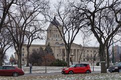 WINNIPEG, CANADÁ - 2014-11-16: Carros no bulevar memorável do inverno na frente da construção da legislatura de Manitoba isto fotografia de stock royalty free