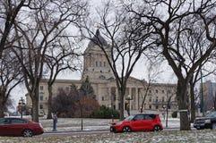 WINNIPEG, CANADA - 2014-11-16: Automobili sul boulevard commemorativo di inverno davanti alla costruzione della legislatura di Ma Immagini Stock Libere da Diritti