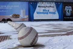 WINNIPEG, CANADA - 2014-11-18: De installatie van de straatkunst van baseballs dichtbij het Honkbalclub van Winnipeg Goldeyes Win Stock Fotografie