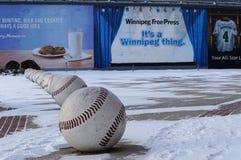 WINNIPEG, CANADA - 2014-11-18: De installatie van de straatkunst van baseballs dichtbij het Honkbalclub van Winnipeg Goldeyes Win royalty-vrije stock fotografie