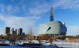 Winnipeg i stadens centrum cityscape Vintersikten på det kanadensiska museet för mänskliga rättigheter som ses från gafflarna, pa arkivbild