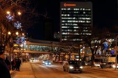 WINNIPEG KANADA - 2014-11-20: Nattsikten på jul dekorerade den Portage avenyn, också som var bekant som rutt 85 Det är en del av arkivbilder